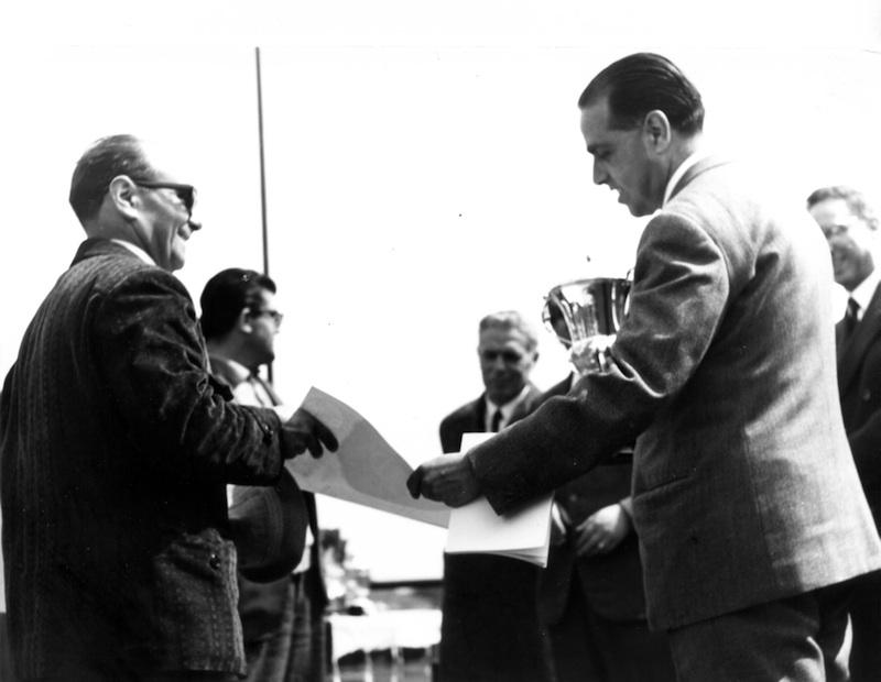 Consegna di un premio a una manifestazione zootecnica a Ozieri